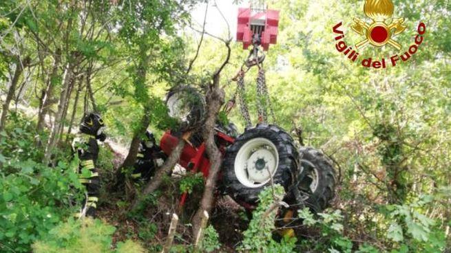 Il recupero del trattore da parte dei vigili del fuoco