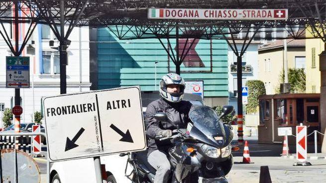 La dogana di Ponte Chiasso dove ogni giorno transitano frontalieri italiani