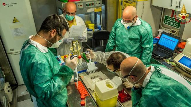 Gli interni del Laboratorio Diagnostico Biologico Mobile di via Messina