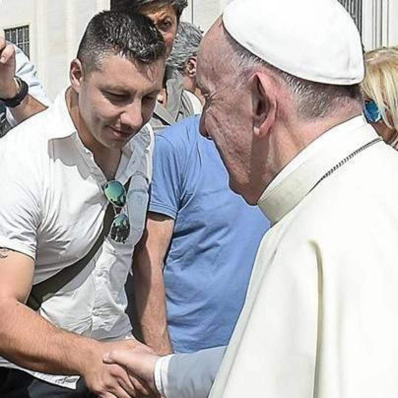 Francesco Borgheresi e Papa Francesco al termine dell'udienza in piazza San Pietro concessa alle vittime del Forteto; sotto, la mobile di Cuneo subito dopo l'omicidio