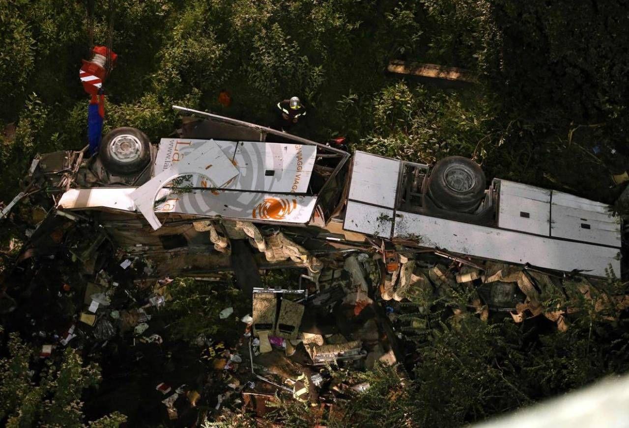 Il bus nella scarpata nel 2013 ad Avellino: il professor Anghileri ha incassato in quattro anni 405mila euro per consulenze ad Autostrade legate alla tragedia