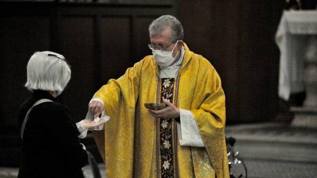 I fedeli possono tornare in chiesa per la messa (Imagoeconomica)