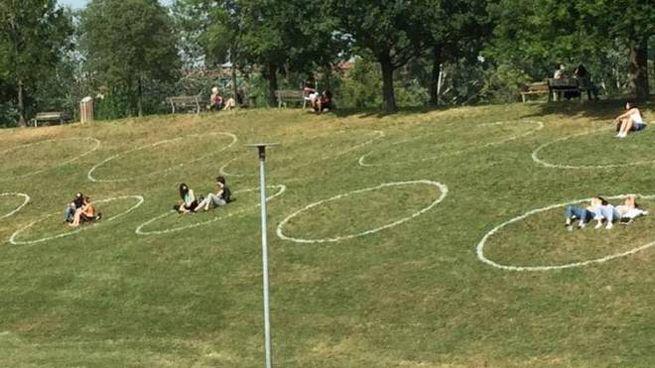 Distanziamento sociale, a Bologna spuntano i cerchi nei parchi