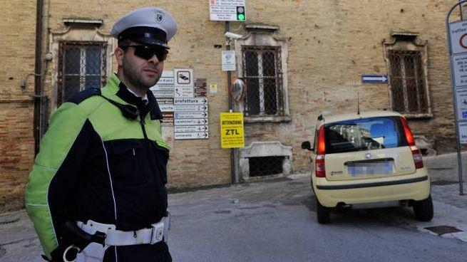 Una pattuglia della polizia municipale al varco di rampa Zara (foto Calavita)
