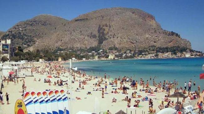 Fase 2, la spiaggia di Mondello già affollata di bagnanti (Ansa)