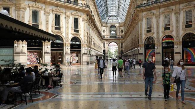 Fase 2, torna a popolarsi la Galleria Vittorio Emanuele a Milano (Ansa)