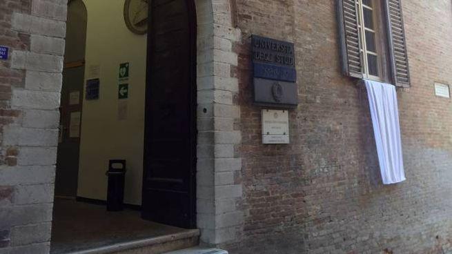 Lenzuolo bianco fuori dall'università di Urbino