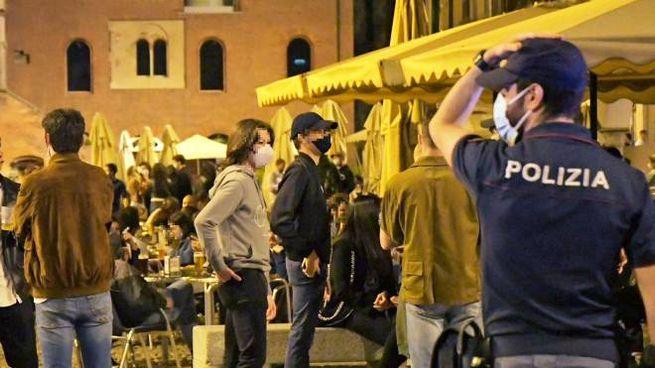 l centro storico di Pavia sabato sera sotto la sorveglianza dalle forze dell'ordine