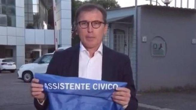 Il ministro Boccia con la casacca blu dell'assistente civico (Ansa)