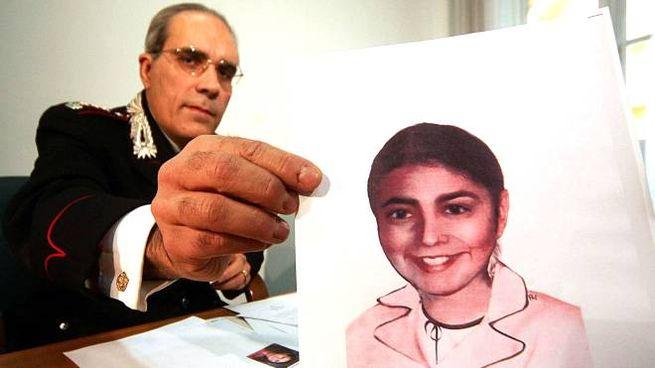 Un carabiniere mostra l'identikit aggiornato di Angela Celentano