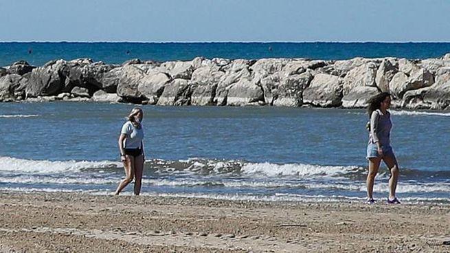 La spiaggia libera di Pesaro, zona Sottomonte (Fotoprint)