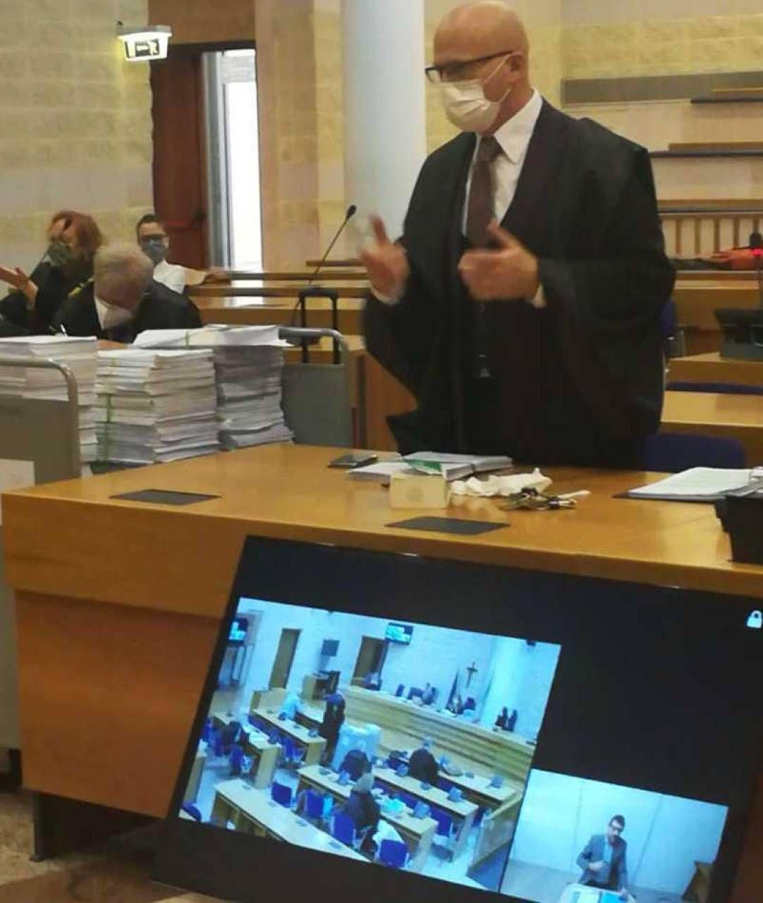 Il pubblico ministero di Rimini, Davide Ercolani, interroga Giulio Lolli in videoconferenza con il carcere