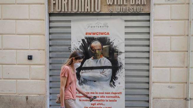Ristorante romano annuncia in un poster la 'non riapertura' (Ansa)