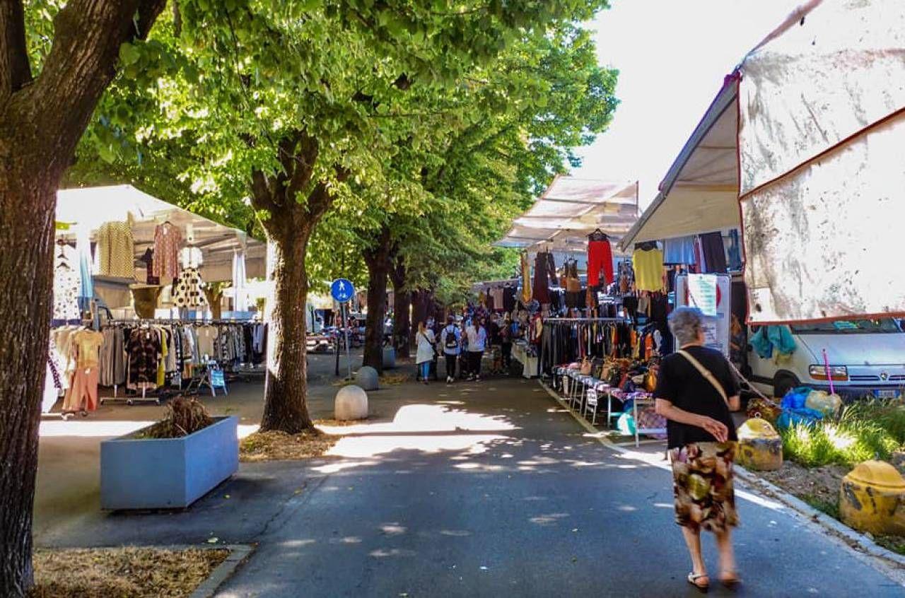 Il mercato di Spilamberto che ha debuttato ieri con banchi in due sedi diverse