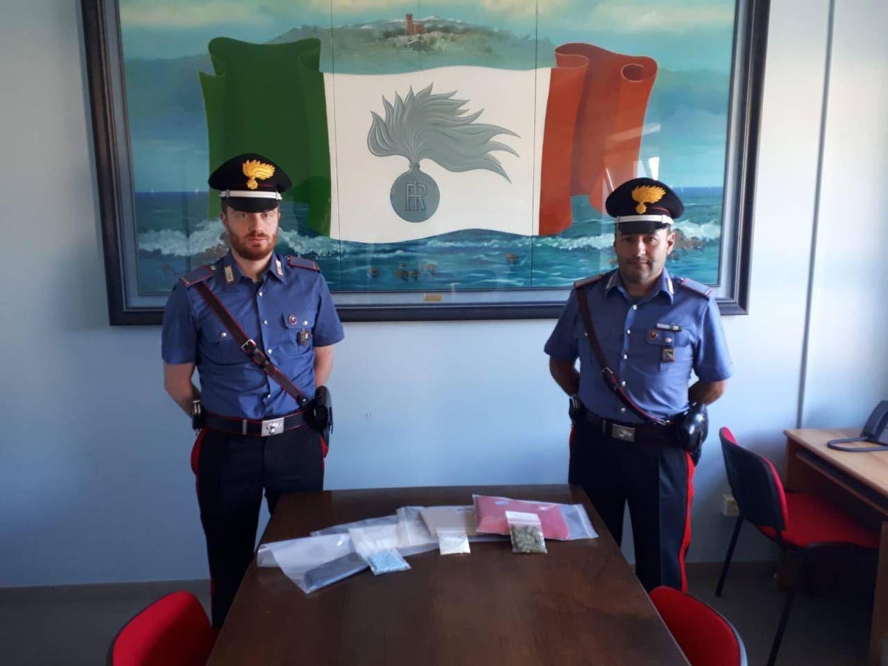 I carabinieri e la droga sequestrata: ecstasy, ketamina e anche marijuana