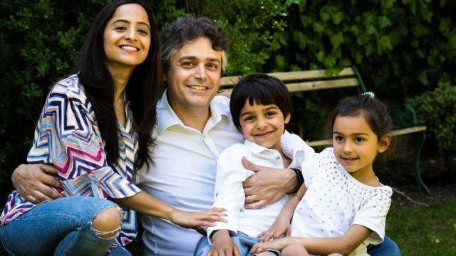 Alessandro Giardini, 46 anni, assieme alla moglie e i figli