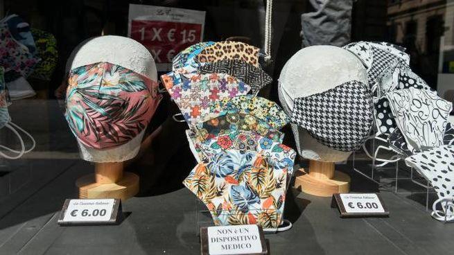 Mascherine colorate in vendita (ImagoE)
