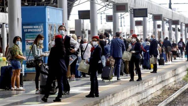 Passeggeri in partenza da Milano (Ansa)