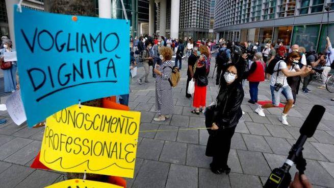 La protesta sotto la sede della Regione