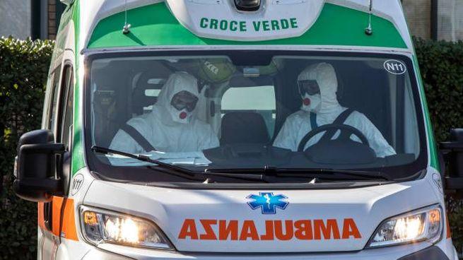 Due operatori in tenuta anti-Covid su un'ambulanza della Croce Verde