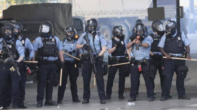 Minneapolis, la polizia schierata nel quarto giorno di proteste per la morte di Floyd