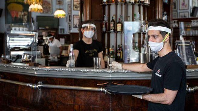 Coronavirus, le misure di prevenzione in un bar (Ansa)