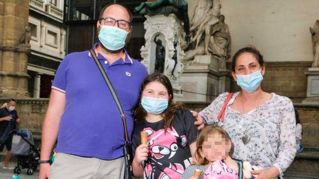 Marianna Argenzio e Luca Dini con le figlie Alice e Anna: una famiglia in visita in città