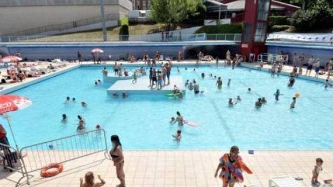Una piscina all'aperto