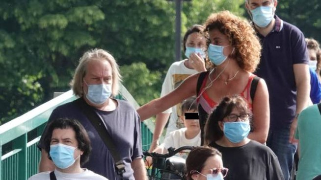 Persone in strada con la mascherina