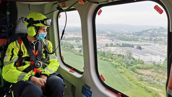L'anziano è stato portato all'ospedale di Lecco dall'elisoccorso