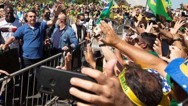 Brasile, Bolsonaro incontra i fan a Brasilia (Ansa)