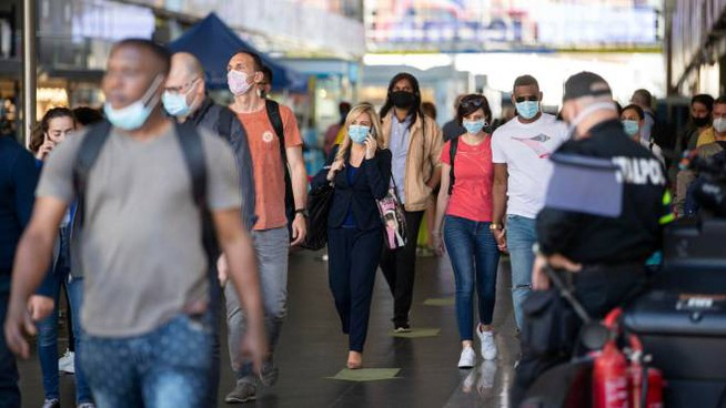 Gente con le mascherine alla stazione Termini (Ansa)