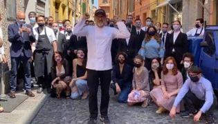Lo chef Massio Bottura ieri in via Stella mentre annuncia la riapertura della sua Osteria Francescana