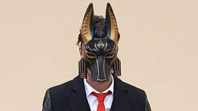 Lo studente 23enne con una maschera