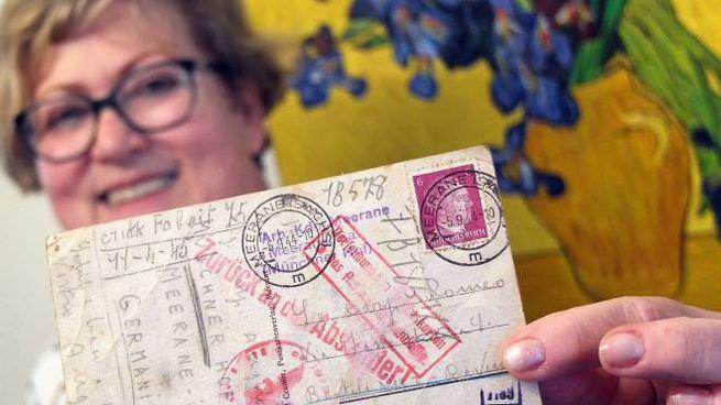 Antonietta Piazza con la cartolina 'Ritornata al mittente'