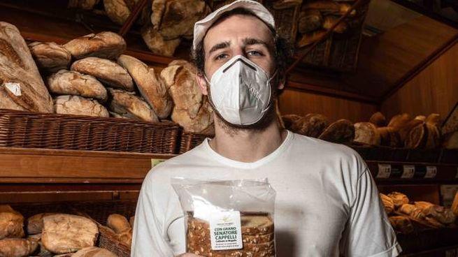 Un fornaio con il pane del Mugello