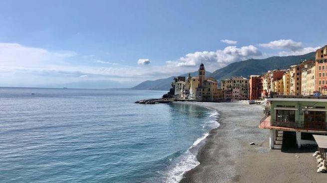 Una spiaggia in Liguria (Dire)