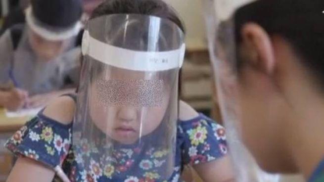 Visiere a scuola per i bimbi giapponesi