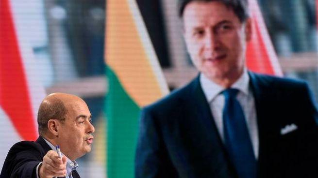 Nicola Zingaretti con dietro una gigantografia di Conte (ImagoE)