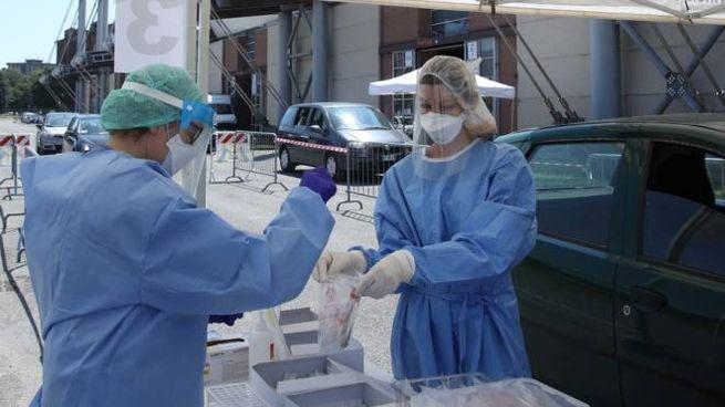 Coronavirus, tamponi a Brescia (foto Ansa)