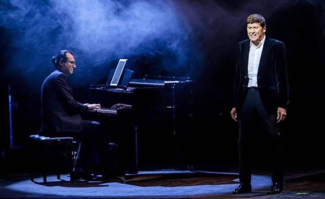 Il centese Alessandro Magri al piano durante un concerto con Gianni Morandi