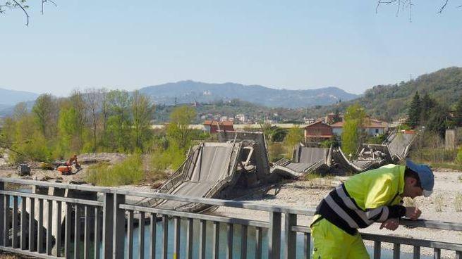 Quanto resta del ponte di Albiano Magra crollato ad aprile