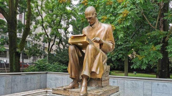 La statua di Indro Montanelli nei giardini che portano il suo nome (foto Mianews)