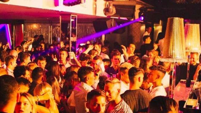 Grande folla in una serata pre-coronavirus alla discoteca Pineta di Milano Marittima