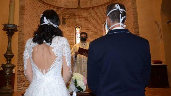 Una coppia di sposi che ha deciso di andare a nozze durante la Fase 2