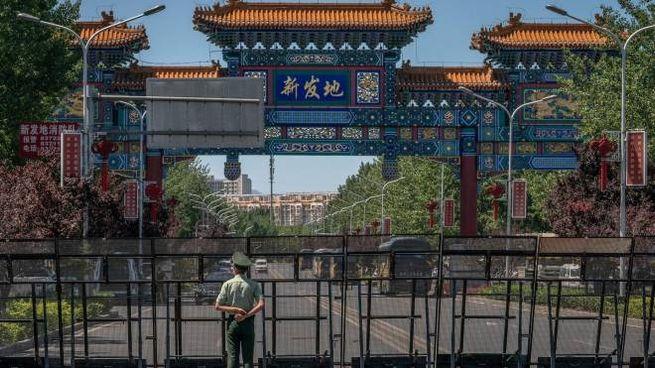 L'ingresso di un mercato chiuso a Pechino (Ansa)