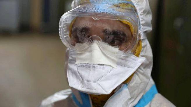 Coronavirus, un operatore sanitario al lavoro (Ansa)