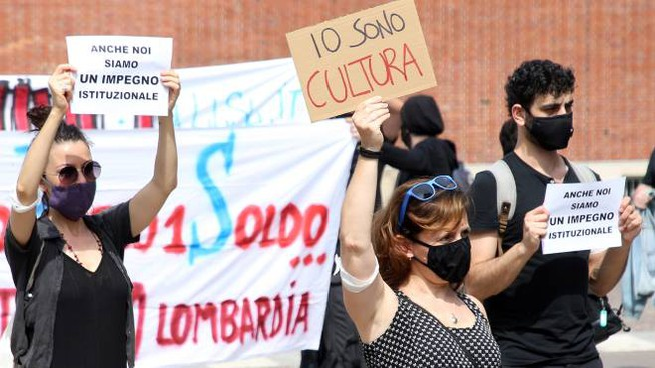 La protesta dei lavoratori del mondo dello spettacolo (Ansa)