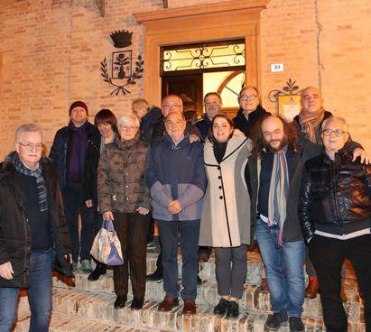 Alcuni cittadini di Monteciccardo il giorno del referendum in cui vinse il sì. A destra, Giovanni Barberini, ex sindaco