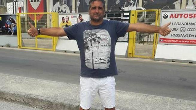 L'ex attaccante dell'Ascoli Walter Mirabelli davanti allo stadio Del Duca